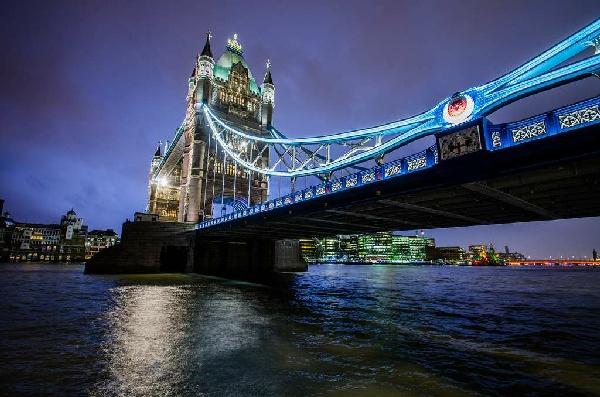 伦敦塔桥是位於英国伦敦一座横跨泰晤士河铁桥