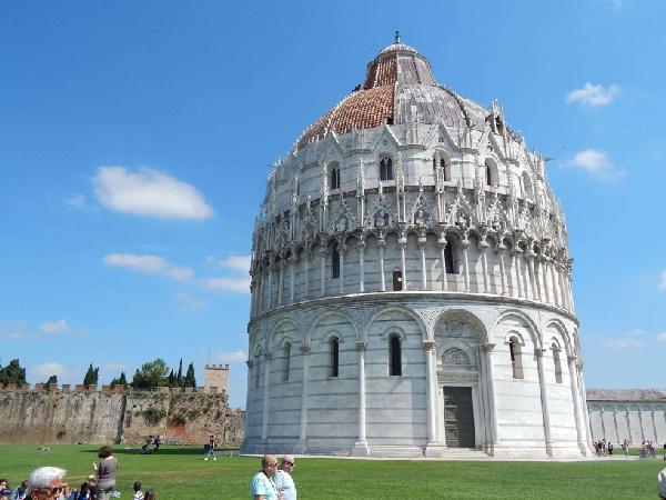 邻近比萨主教座堂和著名的比萨斜塔