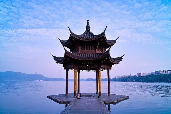 西湖位於中国浙江省杭州市区西面,是中国首批国家重点风景名胜区和
