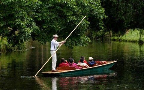 雅芳河平底舟