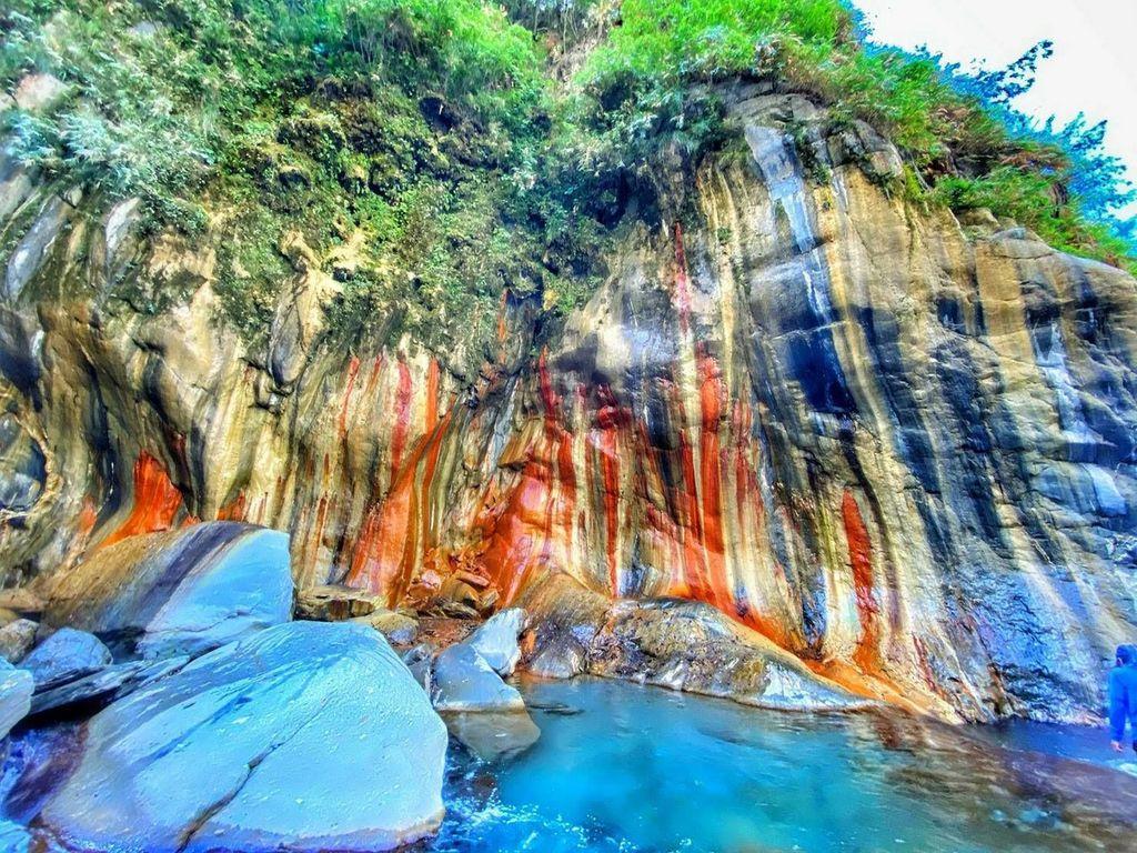 大武山下的七彩岩壁~哈尤溪2日遊